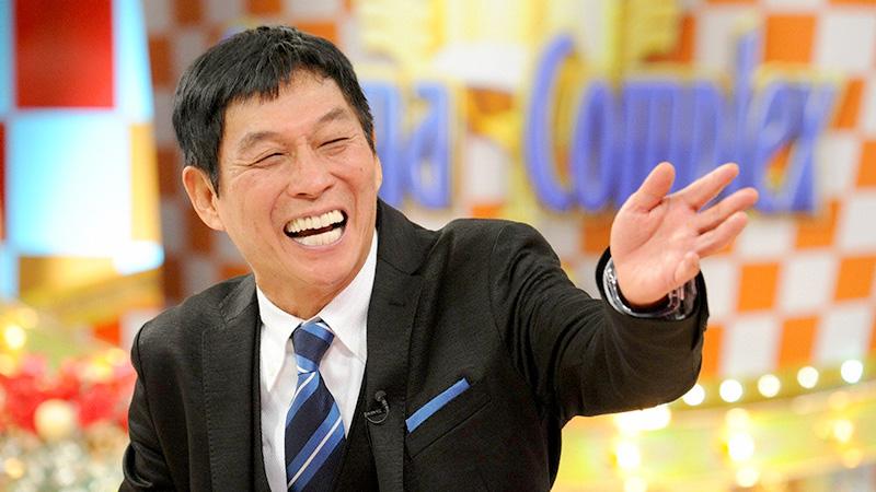 笑顔で司会進行をしている明石家さんまの画像・壁紙